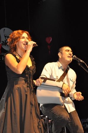 Eda-Metin Özülkü çifti Büyükçekmece'de sahne aldı.