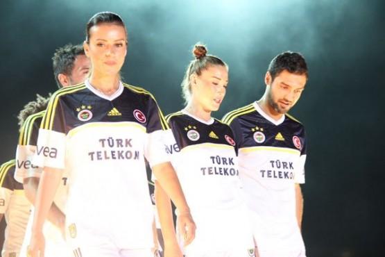 Fenerbahçe formaları defileyle tanıtıldı