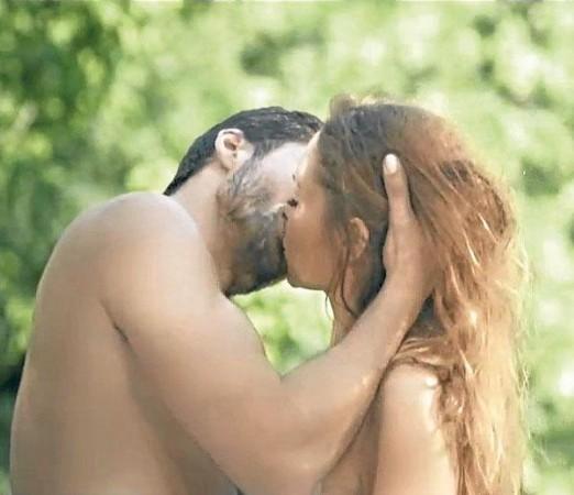 Hülya Avşar'dan Seksi Klip