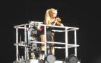Ajda Pekkan Vinç üzerinde şarkı söyledi