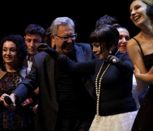 Zülfü Livaneli 50. Sanat Yılı'nı sanatçı dostlarıyla sahnede kutladı