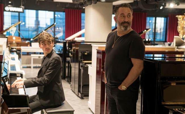 Cem Yılmaz ve doremusic Yunus Yazar'a yeni piyanosunu hediye etti