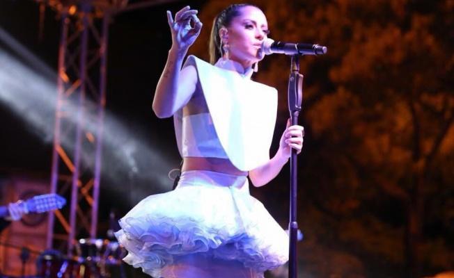 Derya Uluğ Muğla ve Zonguldak'ta Cumhuriyet konserinde coşturdu
