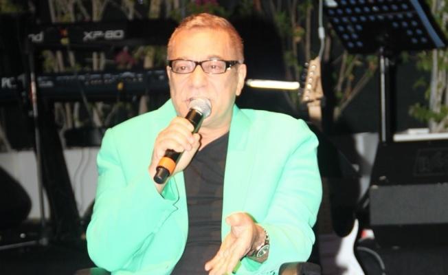 Mehmet Ali Erbil tekerlekli sandalye ile sahneye çıktı