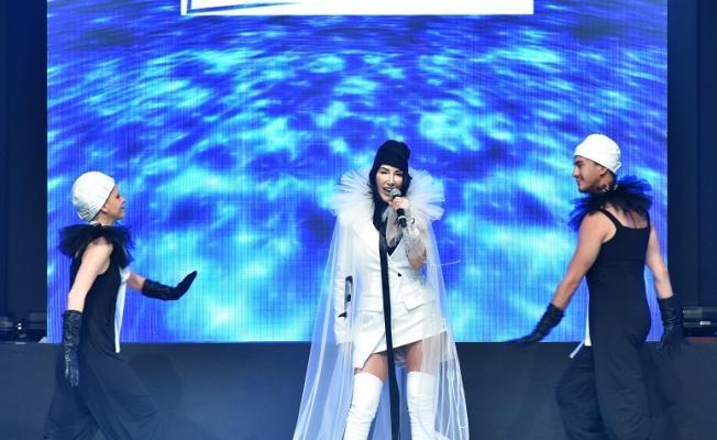 """Hande Yener """"Leather & Fur Fashion Show"""" da sahne aldı"""