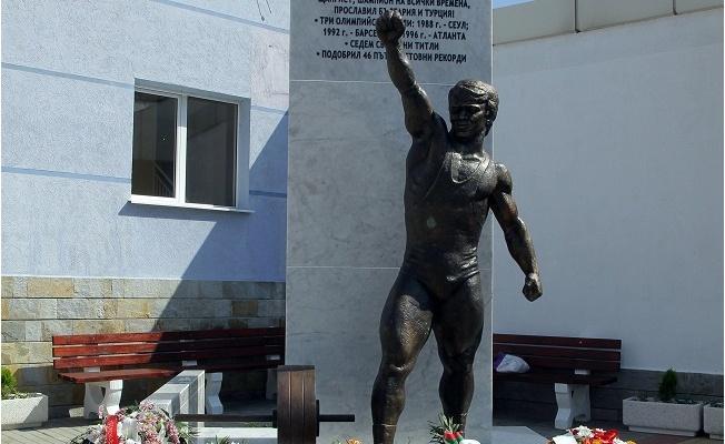 Bulgaristan'da Naim Süleymanoğlu'nun heykeli dikildi