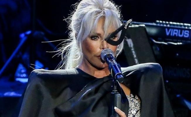 Ajda Pekkan maske ve pelerinle sahneye çıktı