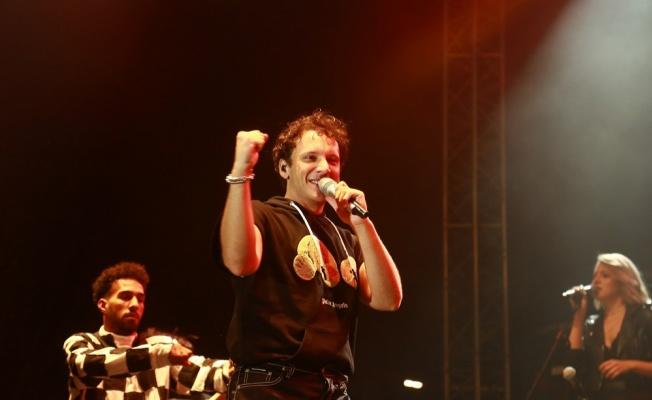 Edis, doğup büyüdüğü Karşıyaka'da konser verdi