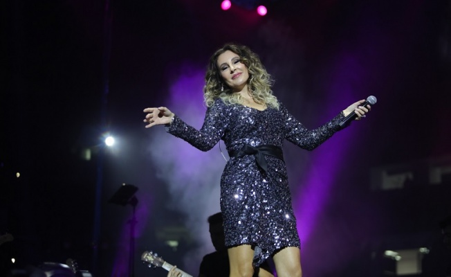 Funda Arar, 15 bin öğretmene halk konseri verdi