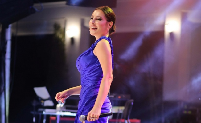 Funda Arar, Bodrum da 'Gece Mavisi' kostümüyle sahne aldı