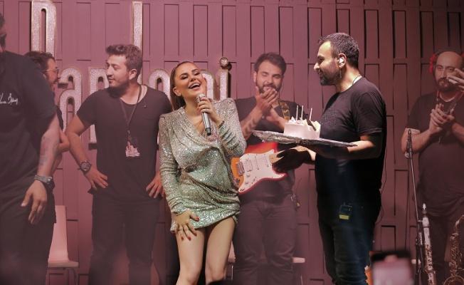 Merve Özbey doğum gününü sahnede kutladı