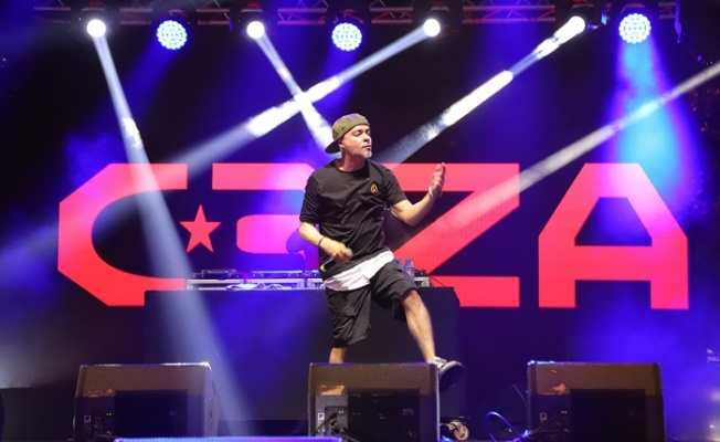 Rap yıldızı Ceza'yı Kartal da 25 bin kişi izledi