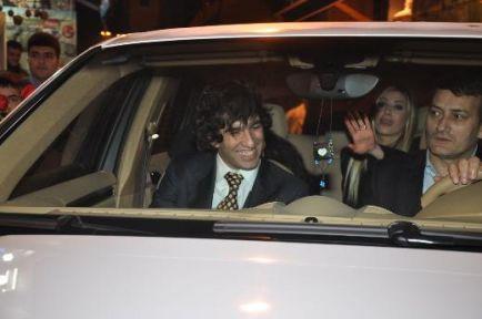 Arda Turan, Sinem Kobal'la nişanlandı