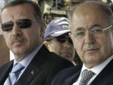 Dönemin Cumhurbaşkanı Ahmet Necdet Sezer askerin önünde Erdoğan'ın elini sıkmamış