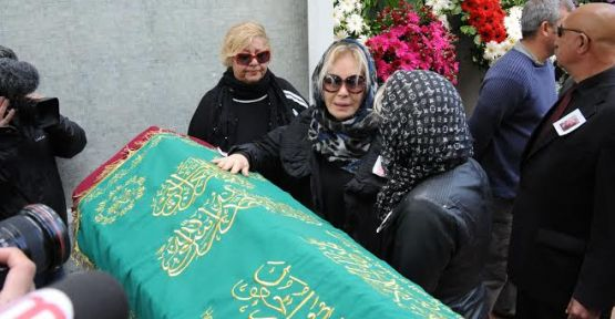 Emel Sayın annesini son yolculuğuna uğurladı.
