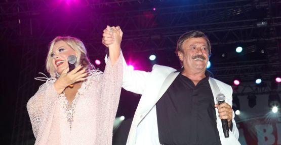Emel Sayın ve Selami Şahin Yeni Bi' Fest Gazino Gecesi kapsamında Küçükçiftlik Park'ta sahne aldı