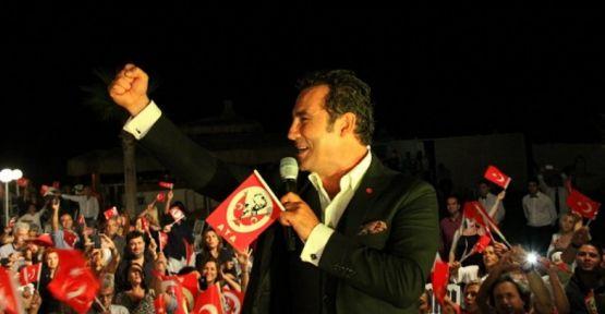 Ferhat Göçer Büyük Zafer'in 92. Yılını Çeşme'de Sahnede Kutladı