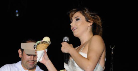 Funda Arar sahnede dondurma yedi!