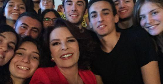 Hülya Koçyiğit İstanbul Lisesi öğrencileri ile buluştu.