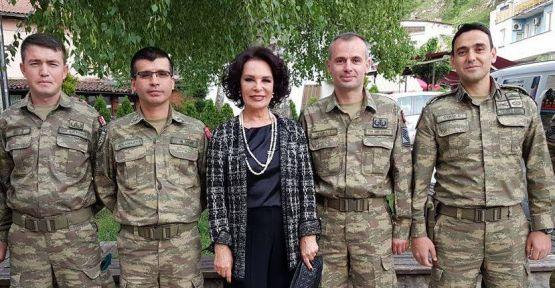 Hülya Koçyiğit'e Prizren'de büyük ilgi!