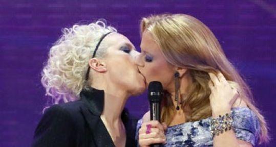 Ina Muller ve Barbara Schoeneberger sahnede dudaktan öpüştü.