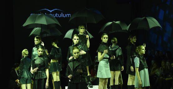 """Murat Aytulum, 'Düğün-Cenaze"""" koleksiyonunu Fashion Week İstanbul'da teatral sunumla tanıttı"""
