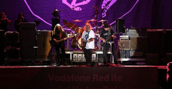 Neil Young, Crazy Horse ile birlikte İstanbul'da konser verdi