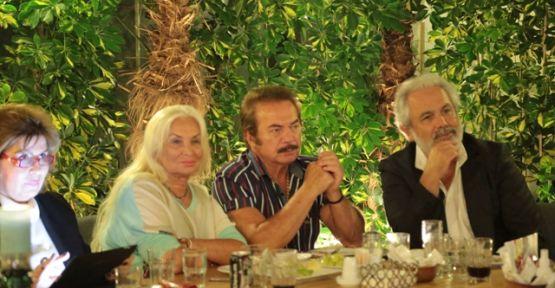 Orhan Gencebay dizi oyuncularıyla birlikte 'Beni Böyle Sev'i izledi