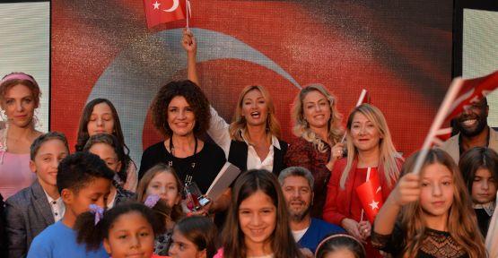 Pınar Altuğ 29 Ekim'de çocuklarla birlikte podyuma çıktı