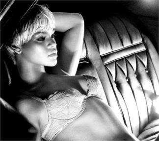 Rihanna: Soyundukça rahatladım