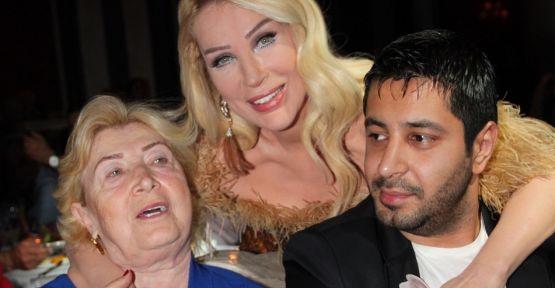 Seda Sayan'dan Kıbrıs'ta anne ve sevgilisi ile aile pozu …