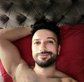 Tarkan New York'tan paylaştığı yatak pozunu sildi