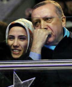 'Türkiye'nin başbakanı, kızı bir aktör tarafından 'küçük düşürüldü' diye tiyatroları tehdit ediyor!'