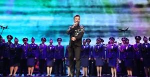 Ajda Pekkan ve Tarkan Kızıl Ordu ile birlikte sahne aldı