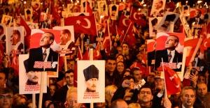 """Kadıköy'de yüzbinler """"Yaşasın Cumhuriyet"""" sloganlarıyla yürüdü."""