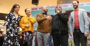 Gupse Özay 'Deliha 2' ile İzmirlileri kahkahaya boğdu!