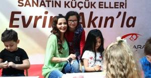 Çocuklar 23 Nisan'ı Evrim Akın'la birlikte kutladı