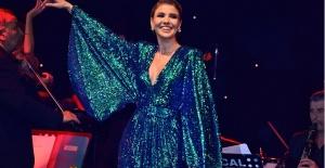 Gülben Ergen Sevgililer Gününde Yeşil kostümü ile ışık saçtı...