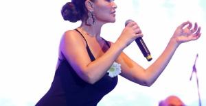 Hülya Avşar, Bambi Yataklarının gecesinde sahne aldı.