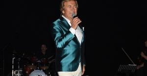 Erol Evgin Adana'da konser verdi