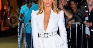Jennifer Lopez New York'ta 2020 kombini ile dikkat çekti!