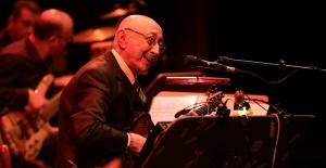 Özdemir Erdoğan en sevilen şarkılarıyla İş Sanat'taydı