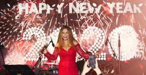 İzel 90'lardan 2020'ye Şarkılarla Mest Etti
