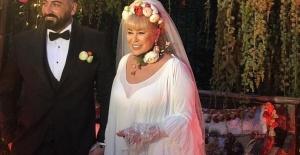 Zerrin Özer, boşandığı eşi Murat Akıncı ve Kayınvalidesi ile birlikte evinde yaşıyor