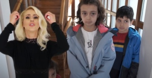 Niran Ünsal, Sezen Aksu'nun 'Vay' isimli şarkısına işaret diliyle klip çekti