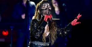 Hande Yener konserinde maskesiyle dikkat çekti