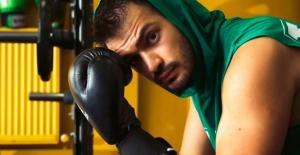 Batuhan Sert boks dersleri alıyor