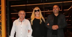 Zerrin Özer, yeni yapım şirketi ile anlaşmasını ve projelerini kutladı