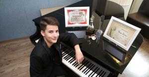 13 yaşındaki Kaan Turan piyano yarışmasında dünya birincisi oldu