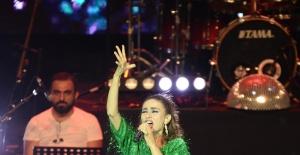 Yıldız Tilbe Harbiye Açıkhava Tiyatrosu'nda 3. kez coşturdu
